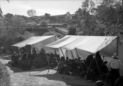 Niños en un albergue temporal, vista general