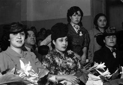 Amalia Solórzano de Cárdenas y otras mujeres en una ceremonia