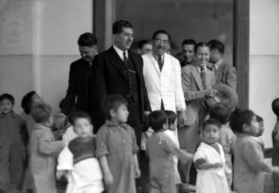 Visita de personalidades a un orfanato