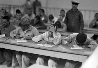 Hombres en una escuela durante capacitación, retrato de grupo