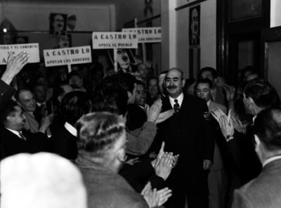 Jesús Agustín Castro recibe el apoyo y los aplausos de obreros durante una campaña