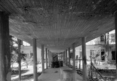 Corredor en el jardín de un hospital durante proceso constructivo