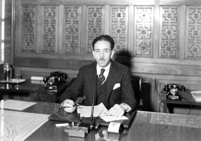 Gustavo Baz Prada en su oficina, retrato
