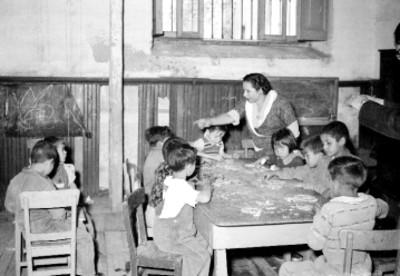 Educadora y niñas en clase