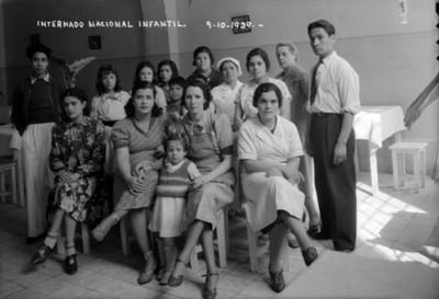 """Gente del """"Internado Nacional Infantil"""", retrato de grupo"""