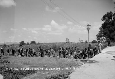 Alumnos de la Escuela Hogar Liberación en un campo de cultivo