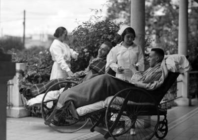 Enfermeras atienden a pasientes en el pasillo de un hospital
