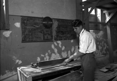 Carpintero realiza corte de madera