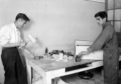 Carpinteros laboran en taller