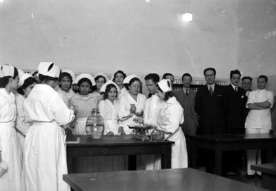 Enfermeras y médicos pesan sustancias