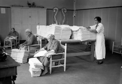 Ancianas laboran en el taller de costura