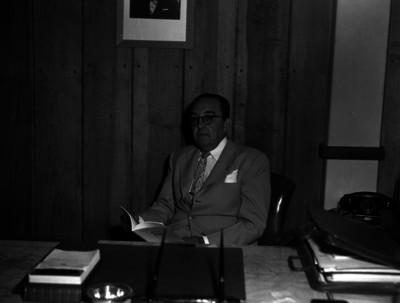 Alfonso Caso, abogado y arqueólogo, en su oficina, retrato