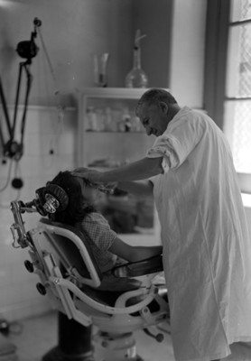 Dentista realiza curación a niña