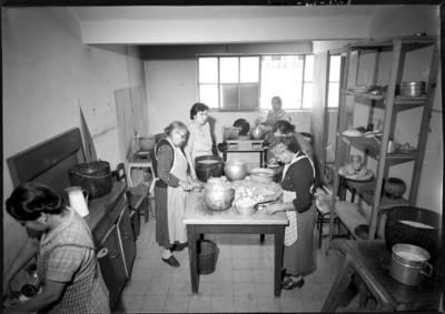 Mujeres preparan alimentos en la cocina de un hospital
