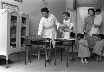 Mujeres y niños durante registro médico en la guardería Doctora Irene Cervantes