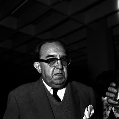 Alfonso Caso con otros hombres durante un evento en un salón