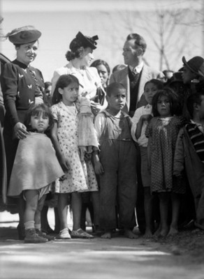 Personas junto a huérfanos, retrato de grupo