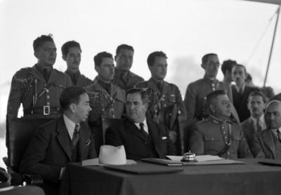 Manuel Ávila Camacho y miembros de su gabinete preside una ceremonia de salud pública