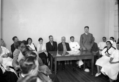 Médicos y enfermeras durante junta con funcionarios