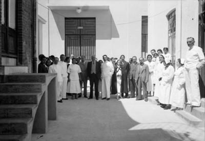Funcionarios junto a personal de un hospital, retrato de grupo