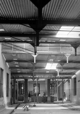 Albañiles en la construcción de la sala de un hospital
