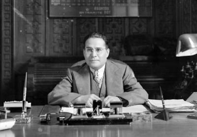 Hombre en su escritorio, retrato