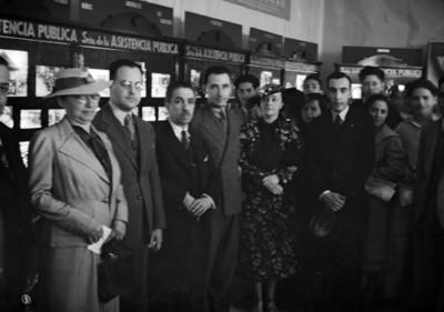 Miembros de una organización en campaña de colecta, retrato de grupo