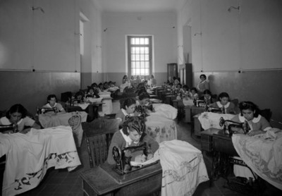 Internas en taller de costura, vista general