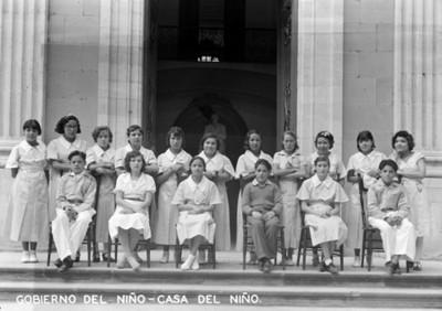 """Internos de la """"Casa del Niño"""", retrato de grupo"""