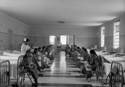 Madres amamantan a sus hijos en la sala de un hospital