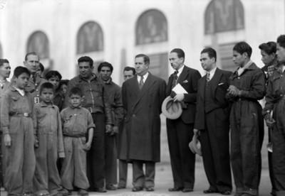 Manuel Ávila Camacho y políticos junto a huérfanos, retrato