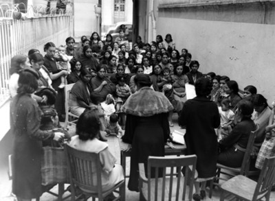 Mujeres durante reunión con gente pobre