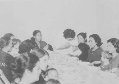 Mujeres con hijos en un comedor de Asistencia Pública