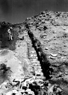 Hombre junto a escalera secundaria, Plataforma Norte, lado oeste