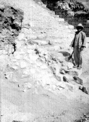 Hombre parado en la escalinata de la Plataforma Norte, lado oeste, retrato