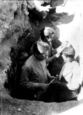 Alfonso Caso, Jorge R. Acosta e Ignacio Marquina durante excavación, Tumba 8 en Monte Alban