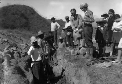 Jorge R. Acosta y colaboradores, durante los trabajos de excavación en Monte Albán