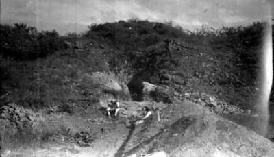 Hombres durante reconstrucción del Juego de Pelota, lado sur