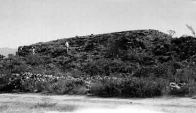 Hombres en la escalera del Juego de Pelota, lado oeste