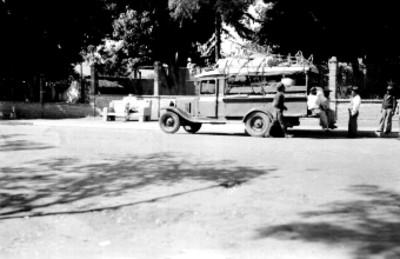 La Mixteca, hombres junto a camión cargado de explosivos