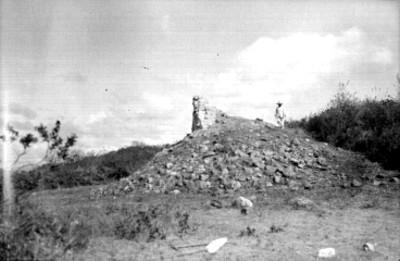 Hombre junto al Templo de Tláloc en montículo