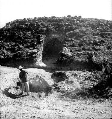 Hombre en excavación arqueológica