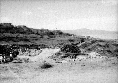 Hombres en zona arqueológica