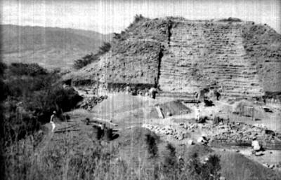 Hombres durante reconstrucción del Montículo M