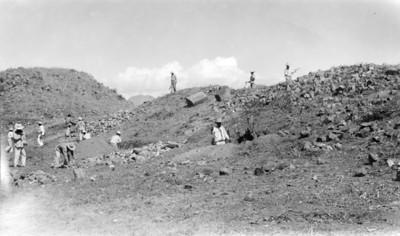 Hombres durante trabajos de excavación, vista parcial