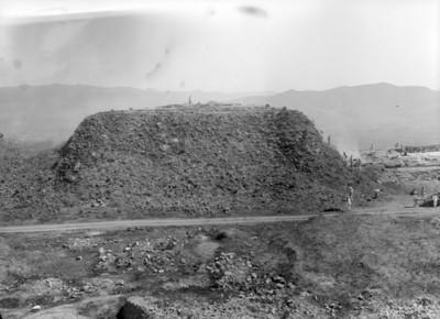 Hombres durante exploración en montículo, vista general