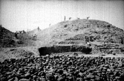 Hombres durante trabajos de excavación arqueológica