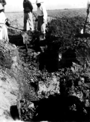 Hombres durante trabajos de excavación en la Tumba No. 42