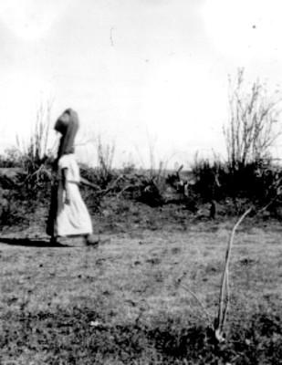 Mujer indígena con un cántaro sobre la cabeza, retrato