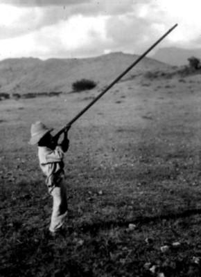 Niño indígena con una basuca, retrato